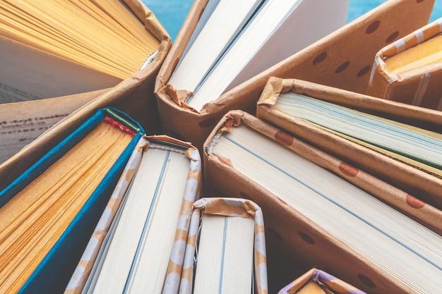 Wiele stosów książek.