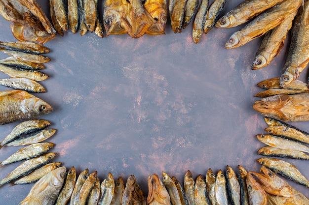 Wiele suszonych, solonych ryb na marmurowej powierzchni