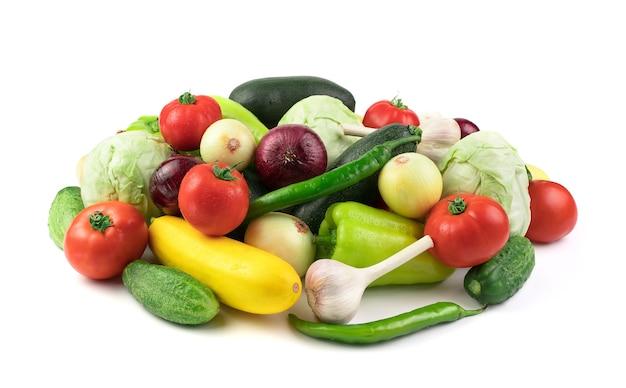 Wiele świeżych, dojrzałych, różnych warzyw z kroplami wody. widok z boku. pojęcie produktów naturalnych, prawidłowe odżywianie.