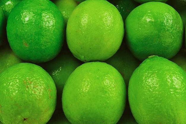 Wiele świeżych limonek na białym tle.