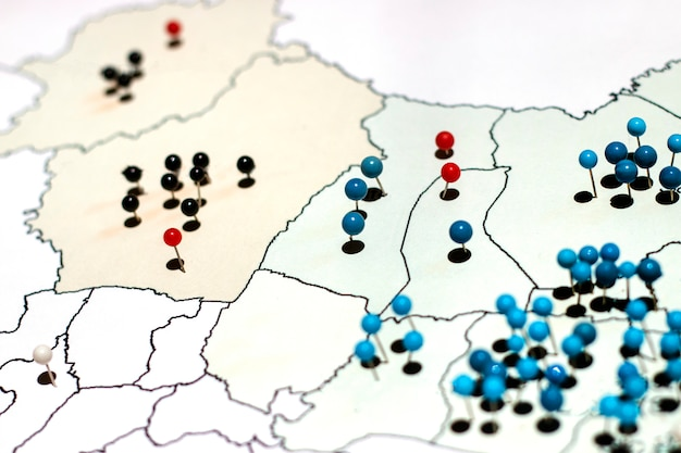 Wiele szpilek na mapie