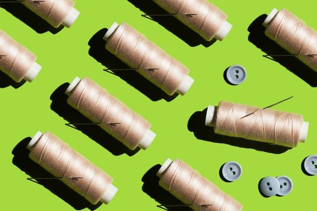 Wiele szpulek nici igła i guziki koncepcja rekonstrukcji i szycia