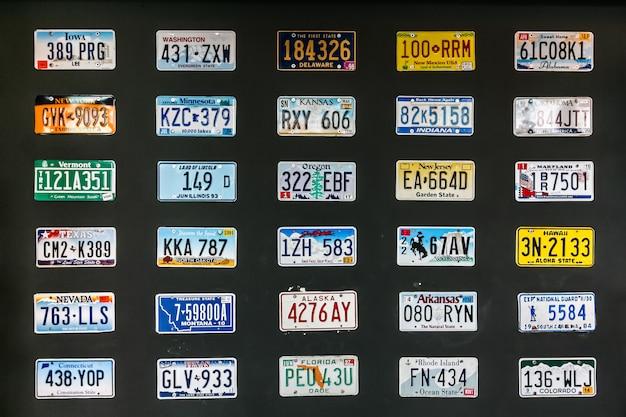 Wiele tablic rejestracyjnych samochodów na całym świecie