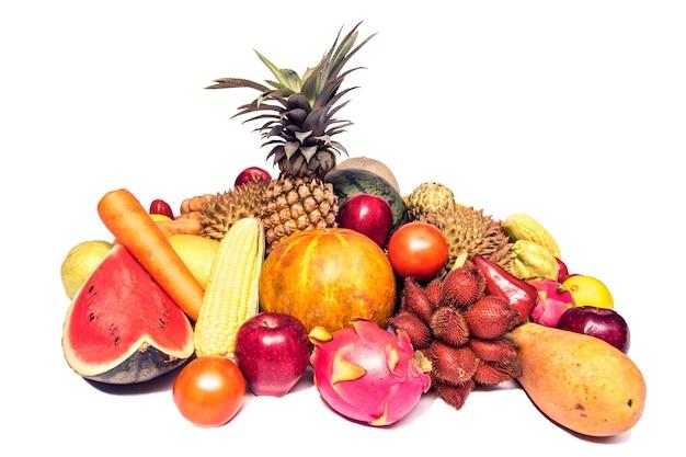 Wiele tajskich owoców z białym tłem.