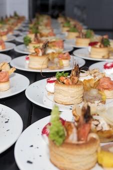 Wiele talerze zakąsek przygotowywali w handlowej kuchni dla wydarzenia, selekcyjna ostrość