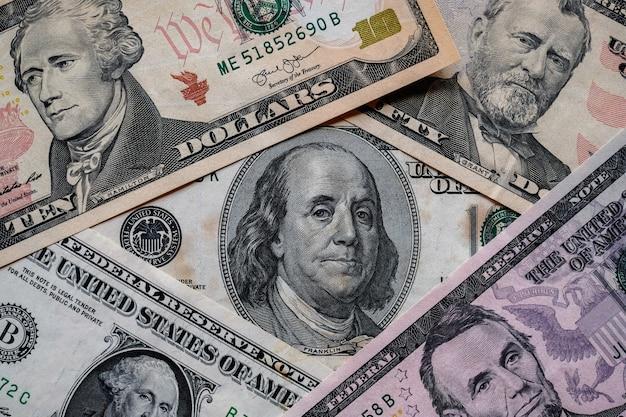 Wiele tła banknotów dolarów amerykańskich.