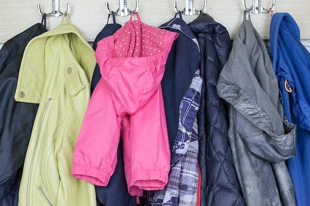 Wiele ubrań w stylu vintage na sprzedaż na pchlim targu na świeżym powietrzu.