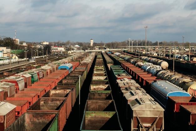 Wiele wagonów towarowych stacja dystrybucji ładunków