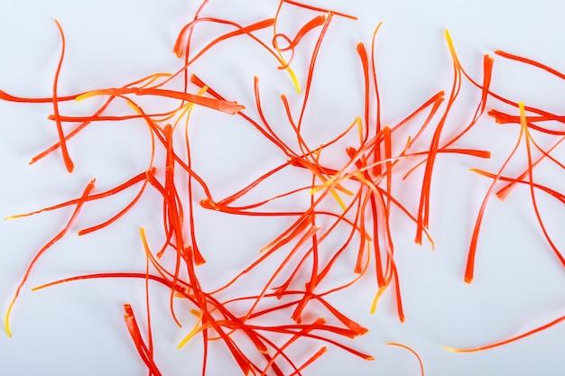Wiele wątków crocus sativus na białym tle. najdroższa przyprawa.