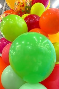 Wiele wielobarwnych balonów dekoracja imprezowa dla świątecznej atmosfery selektywne skupienie