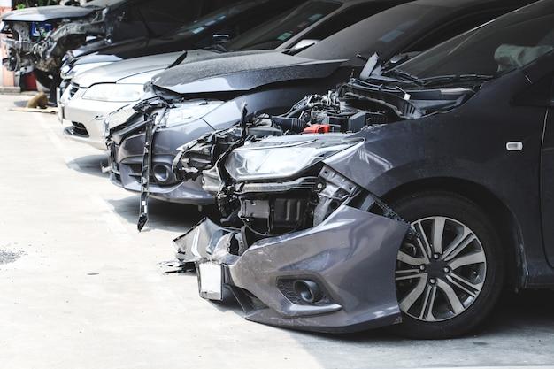 Wiele wraków samochodów na parkingu z awarią duże uszkodzone i zepsute. koncepcja wypadku samochodowego i bezpieczeństwa.