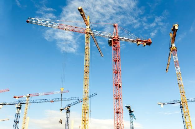 Wiele wysokich żurawi wieżowych pracuje nad budową nowych budynków