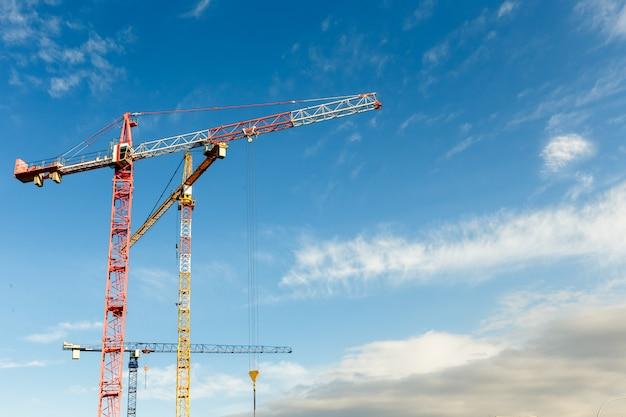 Wiele wysokich żurawi wieżowych pracuje przy budowie nowych budynków. skopiuj miejsce.