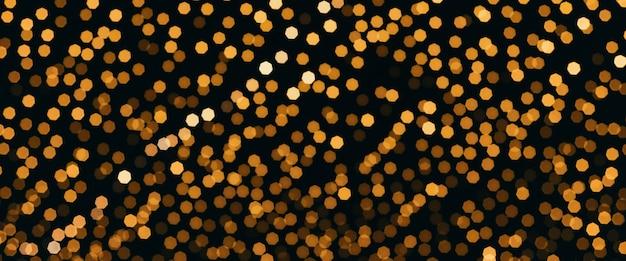 Wiele żarówek wiszących na kablu jako girlanda dekoracyjna na festiwalu na ciemnym nocnym niebie