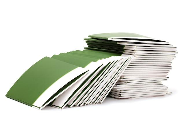 Wiele zielonych folderów na białym tle