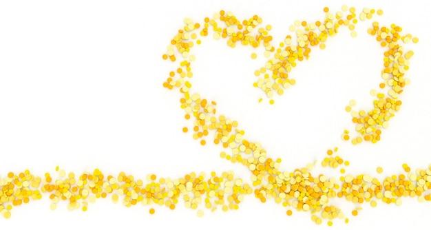 Wiele żółtych tabletek wylewa się w kształcie serca na białym tle, ilustracja 3d
