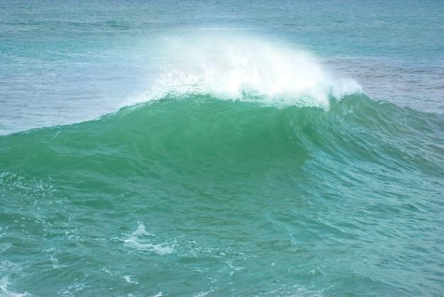 Wielka fala z morską pianą i błękitną wodą