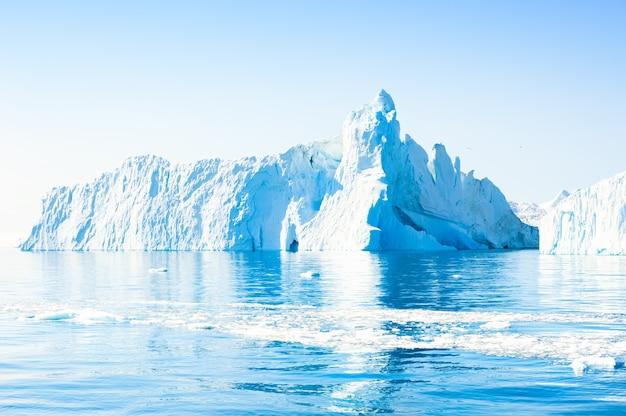 Wielka góra lodowa w lodowcu ilulissat w zachodniej grenlandii