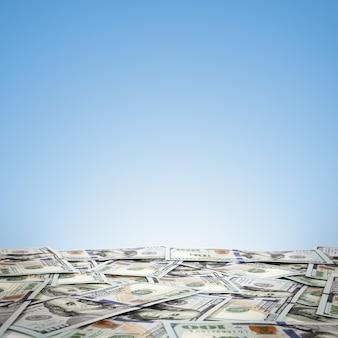 Wielka kupa pieniędzy. stos amerykańskich dolarów na powierzchni nieba