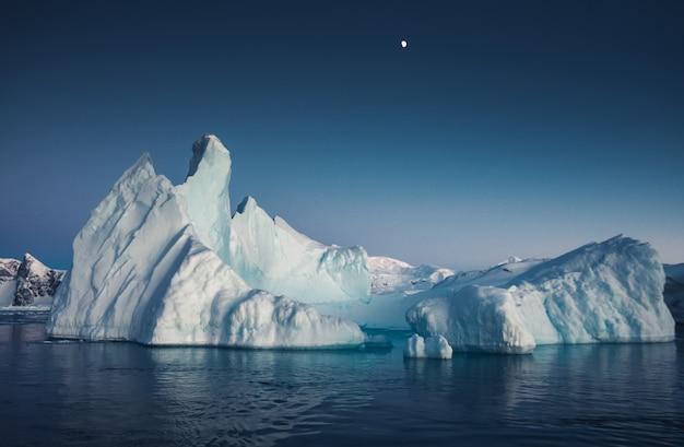 Wielka masywna góra lodowa unosząca się na oceanie