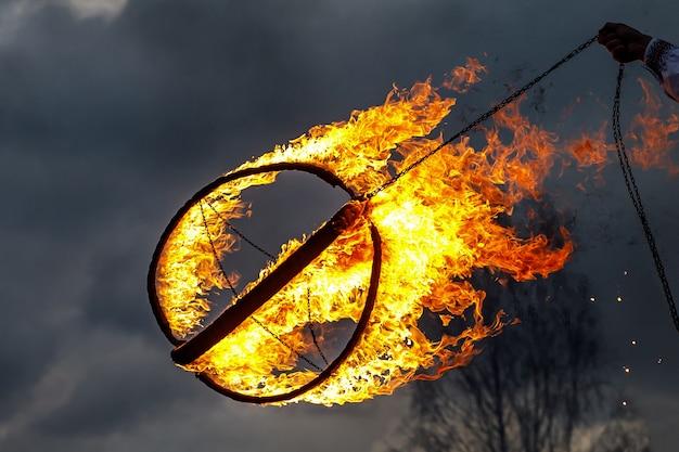 Wielka metalowa kula ognia na pokazie ognia,