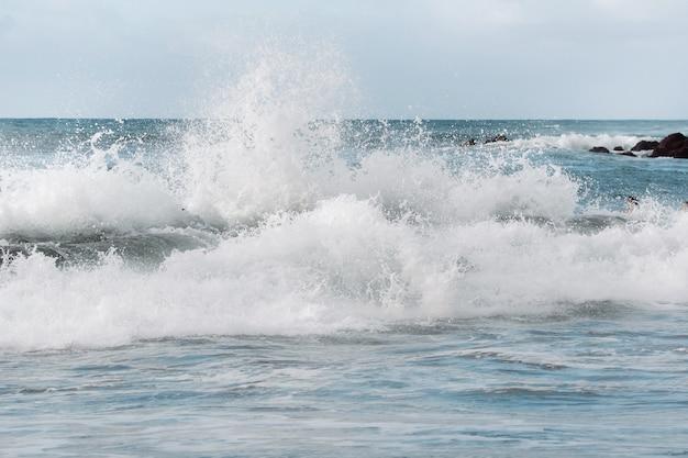 Wielka piękna załamująca się fala oceanu na wybrzeżu teneryfy, wyspy kanaryjskie, hiszpania