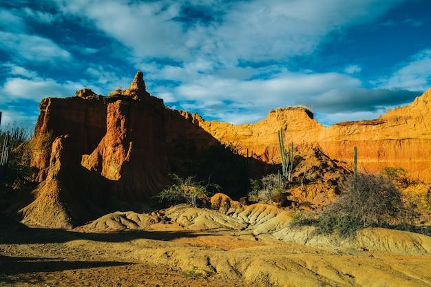 Wielka skalista góra na pustyni