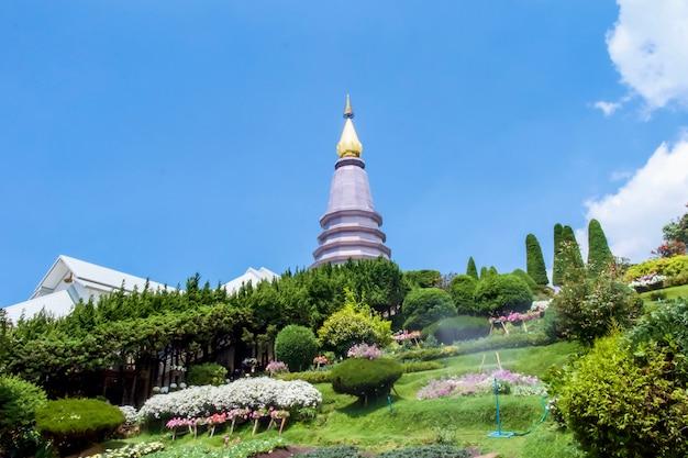 Wielka święta relikwia pagoda nabhapolbhumisiri lub phra maha dhatu nabhapolbhumisiri w parku narodowym doi inthanon
