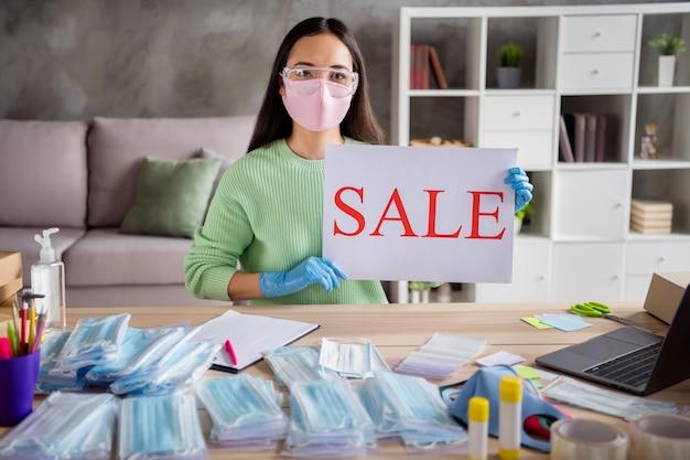 Wielka wyprzedaż. zdjęcie azjatyckiej damy biznes organizujący zamówienia na twarz zimne maski na grypę przygotowywanie paczek do dostarczania trzymaj ręce rękawiczki sprzedaż papieru propozycja afisz biuro w domu kwarantanna w pomieszczeniu