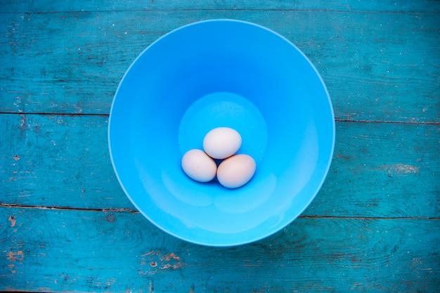 Wielkanoc - naturalne białe jajka w niebieskiej misce