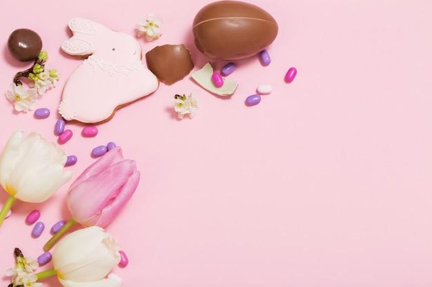 Wielkanoc różowe tło z jajkami i kwiatami