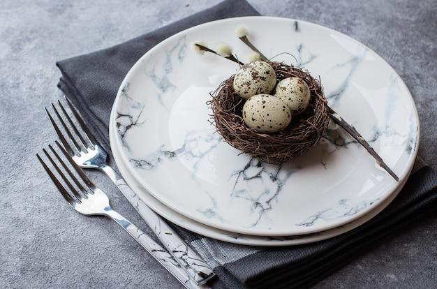 Wielkanoc tło z marmurowymi płytkami, widelcami, ręcznikiem kuchennym i dekoracją wielkanocną