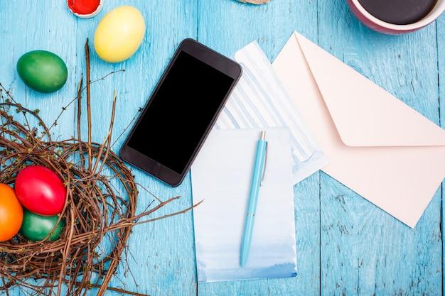 Wielkanoc w biurze pracy na niebieskim drewnianym stole