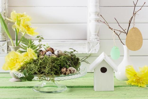 Wielkanocna dekoracja na drewnianym tle