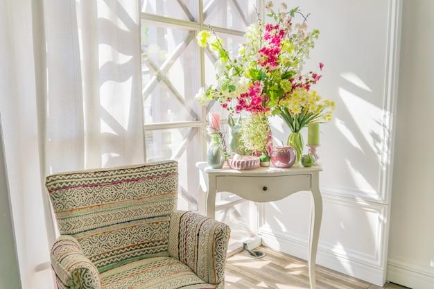 Wielkanocna dekoracja wnętrz. piękna kompozycja ze świecami. jajka, królik, jabłka i kwitnące kwiaty.