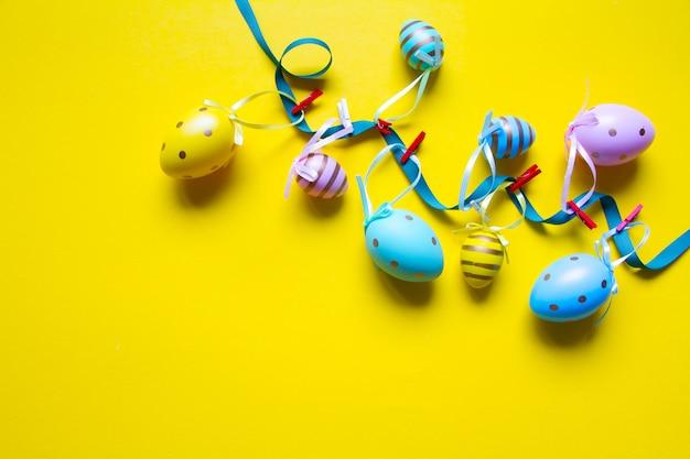 Wielkanocna dekoracja z girlandą z kolorowych jaj