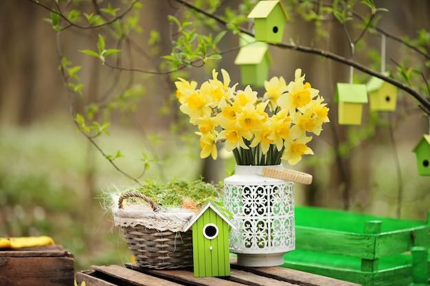 Wielkanocna dekoracja z wiosennymi kwiatami, kwitnie narcyz. niedziela wielkanocna