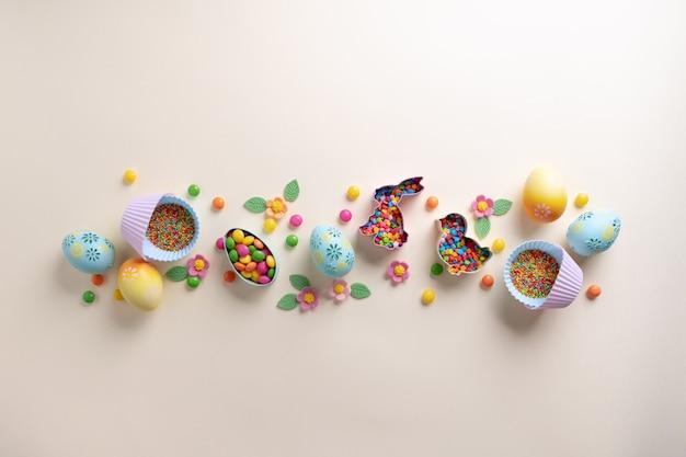 Wielkanocna dekoracyjna granica wykonana z elementów świątecznych foremki do ciastek, posypka cukrowa, jajka. widok z góry z miejsca kopiowania. koncepcja słodkiego pieczenia