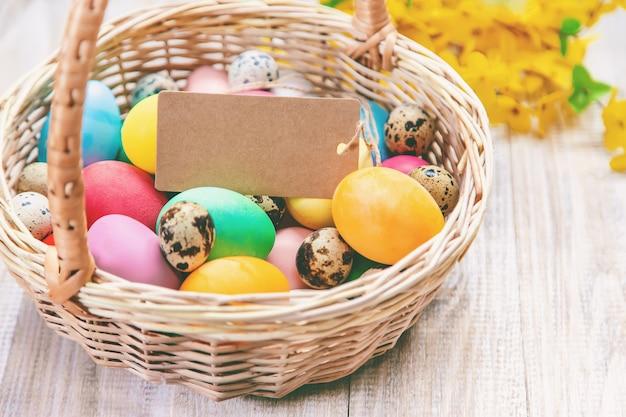 Wielkanocna fotografia. wesołych świąt wielkanocnych. jaja selektywne focus.