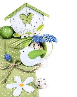 Wielkanocna granica z niebieskim hiacyntem z winogron i zielonymi dekoracjami