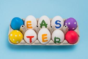 Wielkanocna inskrypcja na jajkach w stojaku