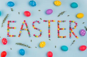 Wielkanocna inskrypcja od cukierków z barwionymi jajkami
