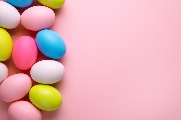 Wielkanocna kartka z życzeniami z kolorowych jaj