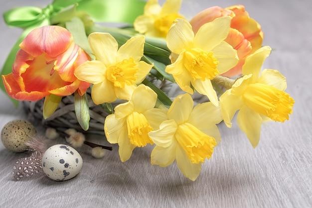 Wielkanocna kompozycja kwiatowa z żółtymi żonkilami