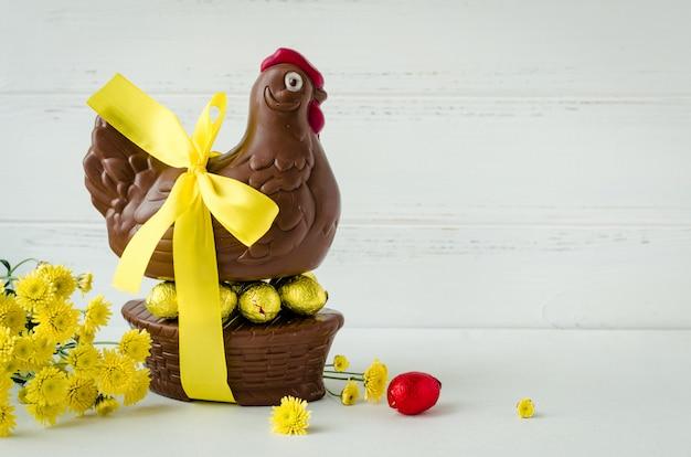 Wielkanocna kompozycja z czekoladowym kurczakiem i jajkami