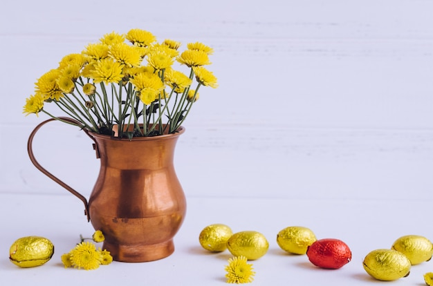 Wielkanocna kompozycja z czekoladowymi jajkami i kwiatami