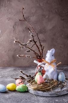 Wielkanocna kompozycja z kolorowym dekoracyjnym jajkiem