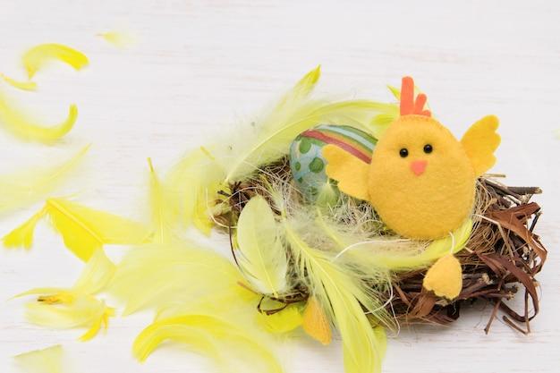 Wielkanocna kompozycja z żółtym kurczakiem