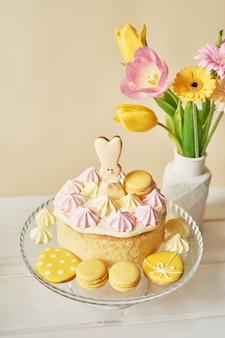 Wielkanocna kompozycja ze słodkim ciastem i kwiatami w wazonie