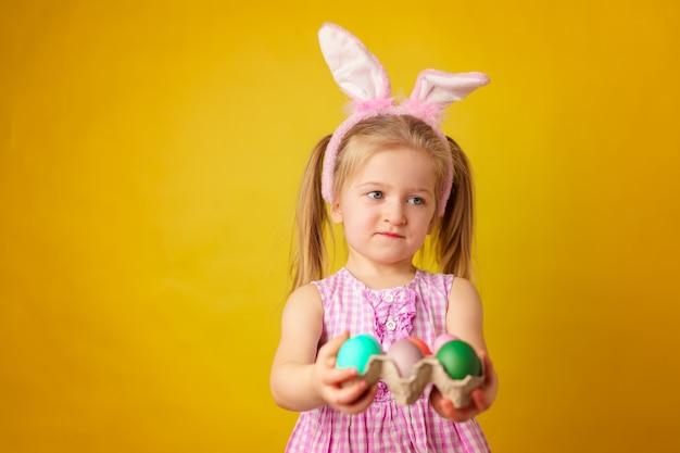 Wielkanocna koncepcja. berbeć blondynki szczęśliwa dziewczyna z królików ucho